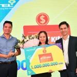 Giải thưởng cao nhất là sổ tiết kiệm trị giá 1 tỷ đồng đã được Viettel trao cho khách hàng bà Vòng A Chánh là tiểu thương đến từ Lâm Đồng đã có 10 năm hòa mạng và sử dụng dịch vụ di động của Viettel.